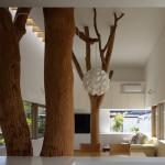 Troncos de árvore para suportar um candeeiro
